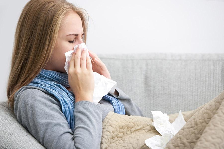 Женщина страдает от аллергии на прополис