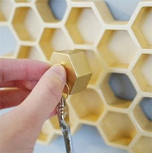 Пчеловоды научились вылавливать цветочный урожай с ножек пчелок
