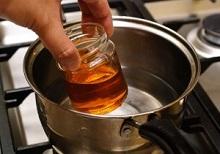 Так как растопить мед не слишком сложно, это можно сделать разными способами
